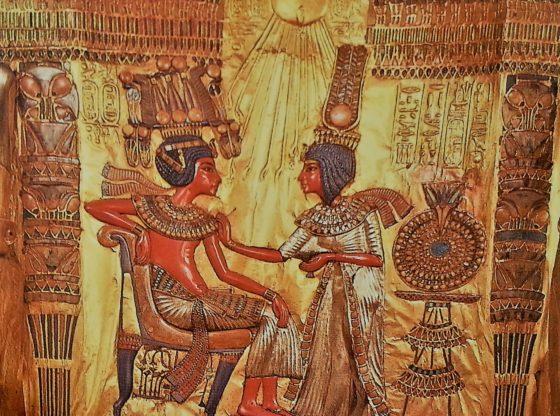 Dossier aux somptueuses incrustations du trône plaqué d'or découvert dans la tombe de Toutankhamon
